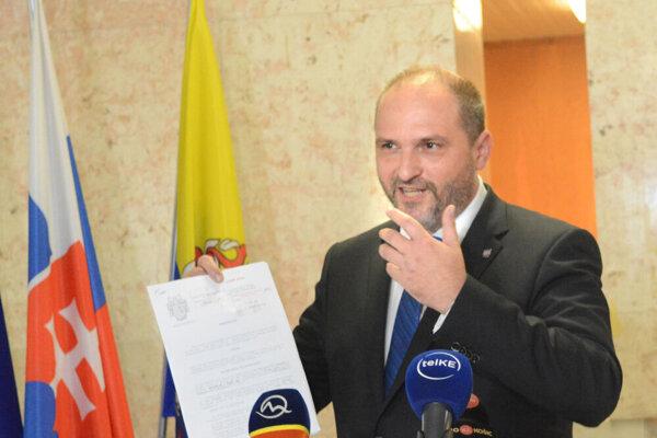 Primátor Jaroslav Polaček oznámil falšovanie na brífingu vlani v júli.