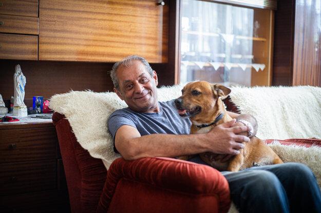 Joshua Jozef Kanáloš sa vo svojom novom domove hneď spriatelil s ďalšími psíčkarmi. Sám má dvoch psov, ktorých zachránil z ulice.