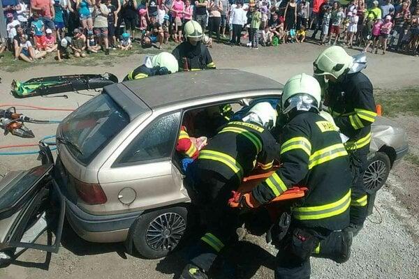 Ukážka práce hasičov pre deti.