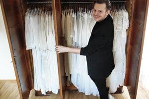 V zbierke sa nachádza 170 kusov dámskych svadobných odevov. Zberateľ má radosť zkaždého kúska.