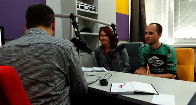Cyklokoordinátori Košického a Prešovského samosprávneho kraja počas rozhovoru s redaktorom Michalom Lendelom.