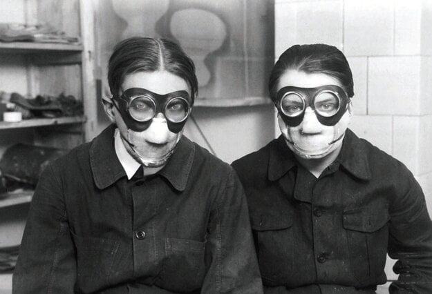 Maliari Štyrský a Toyen v maskách pri práci.