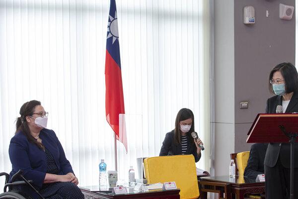Čínu cez víkend pobúrila návšteva amerických senátorov v Tchaj-peji, na snímke s taiwanskou prezidentkou Cchaj Jing-wen hovorí demokratická senátorka za štát Illinois Tammy Duckworthová.