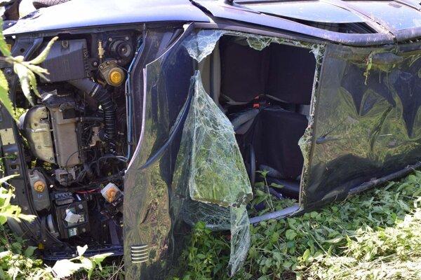 Vodičku z auta vymrštilo cez čelné sklo.
