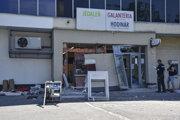 Páchatelia poškodili bankomat.