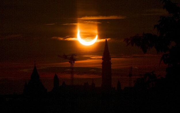 Prstencové zatmenie Slnka na oblohe 10. júna 2021 v Toronte.