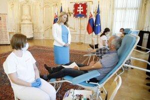 Prezidentka SR Zuzana Čaputová v rozhovore s darcom krvi počas 2. ročníka Prezidentskej kvapky krvi, ktorú organizuje Kancelária prezidenta SR v spolupráci s Národnou transfúznou službou SR pri príležitosti Svetového dňa darcov krvi v Prezidentskom paláci.