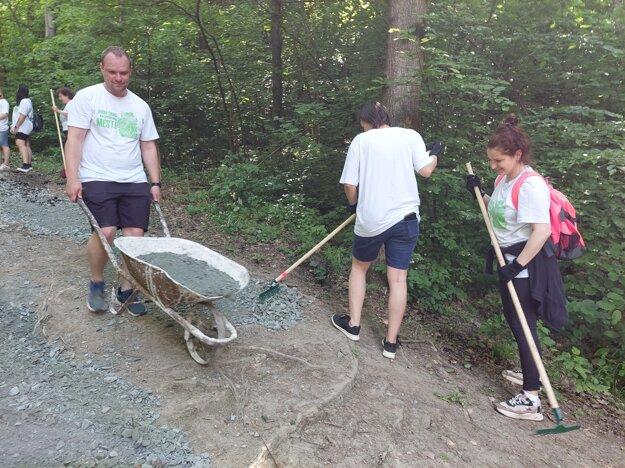 Dobrovoľníci pomáhajú upravovať chodník na hrad Šebeš pri Prešove.