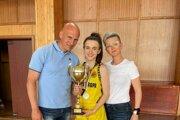 Nina Villányiová (uprostred s trofejou) so svojimi rodičmi