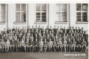 Prví absolventi. Záber z roku 1949 je spred budovy bývalého generálneho riaditeľstva ZŤS.