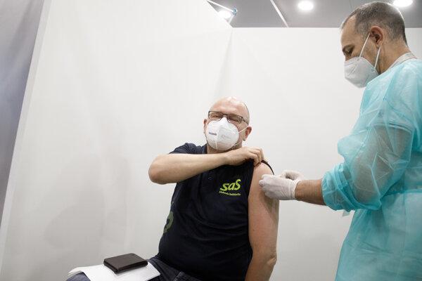 Vicepremiér a minister hospodárstva SR Richard Sulík (vľavo) počas zaočkovania prvou dávkou vakcíny Pfizer/BioNTech proti ochoreniu COVID-19 v priestoroch Národného futbalového štadióna v Bratislave.