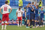 Slovenskí futbalisti sa tešia z výhry po zápase Slovensko - Poľsko na EURO 2020.