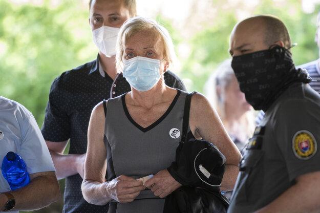 Zlatica Kušnírová, matka zavraždenej Martiny Kušnírovej, prichádza na verejné zasadnutie na Najvyššom súde.