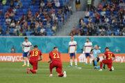 Hráči Belgicka pokľakli pred zápasom s Ruskom.