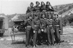 Hasičský zbor - Ženské družstvo hasičiek získalo na záverečnom kole celoštátnej súťaže vBrne tretie miesto. Fotografia je zroku 1955.