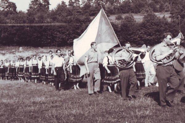 Dožinková slávnosť vprvých rokoch založeniaPoľnohospodárskeho družstva vKálnici – rok 1960.