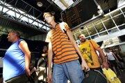 Na snímke vracajúci sa slovenskí dovolenkári po prílete z Turecka na letisko M.R.Štefánika v Bratislave v júli 2010  po krachu slovenskej cestovnej kancelárie Karya tour.