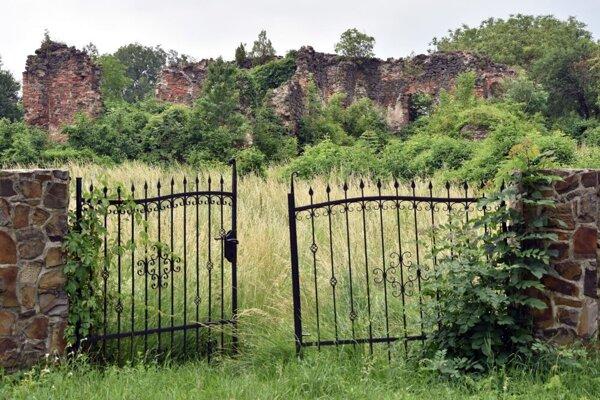 Ruiny kaštieľa Bačkov sa nachádzajú na mieste, kde kedysi stál hrad s rovnakým menom.