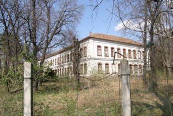 Jedna z historických budov v areáli bývalých kasární.