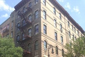Budova v New Yorku, v ktorej podľa seriálu bývajú Monika, Rachel, Joey a Chandler. Levičan si ju odfotil počas návštevy mesta.