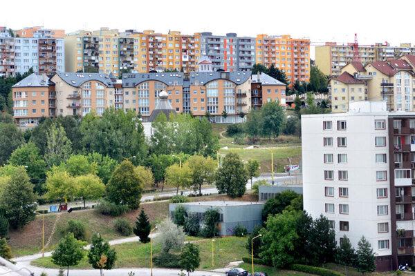 Pre mnohých mladých ľudí je samostatné bývanie nedostupné, preto predlžujú pobyt u rodičov.