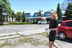 Riaditeľka školy ukazuje, kde bude stáť nový skatepark.