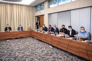 Na snímke zľava minister vnútra Roman Mikulec (OĽaNO) a minister zdravotníctva Vladimír Lengvarský (nominant OĽaNO) počas zasadnutia Ústredného krízového štábu SR v Bratislave vo štvrtok 17. júna 2021.