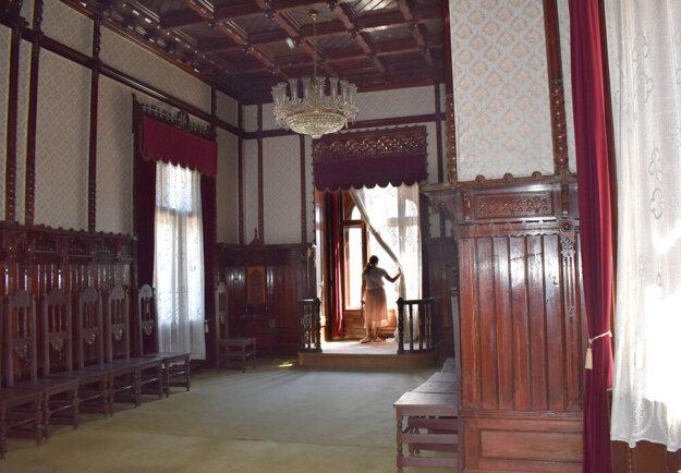 Kazetová sieň s dreveným stropom je najkrajšou miestnosťou v celom paláci. Mesto umožnilo Korzáru nafotiť interiér pamiatky.
