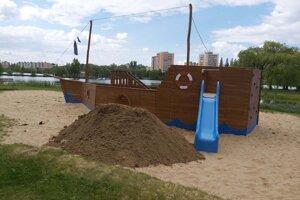 Pirátska loď je obľúbeným miestom detí.