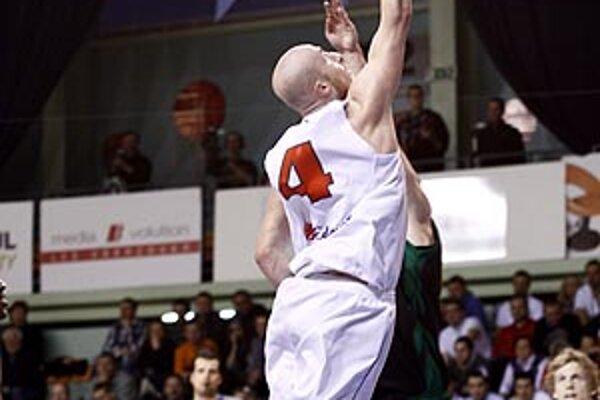 Milan Žiak, autor 20 bodov, zakončuje pod prievidzským košom.