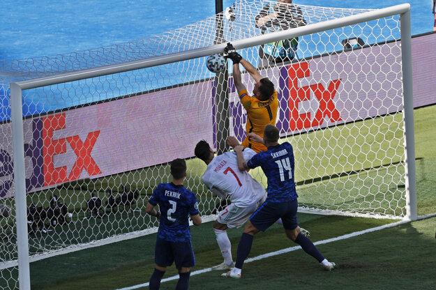 Španieli sa do vedenia dostali vlastným gólom brankára Martina Dúbravku.