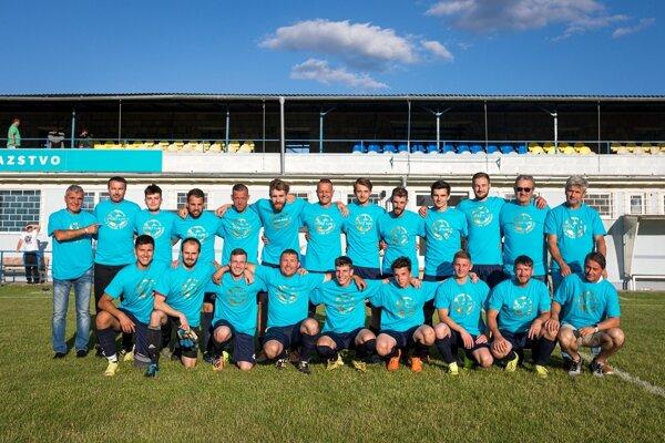 Futbalisti Dudiniec po poslednom zápase sezóny 2020/2021 s tričkami pre majstra oblasti.