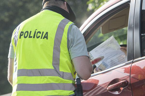 Policajti kontrolujú vodičov na hraničnom prechode Petržalka-Berg.