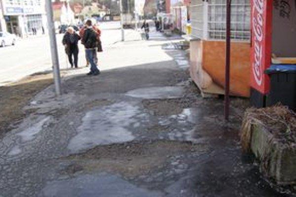 Nitrianske chodníky sú plné výtlkov. Tento záber je z centra mesta - z Palárikovej ulice.