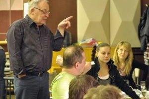 Režisér Ľubomír Vajdička počas prvej čítačky s hercami.