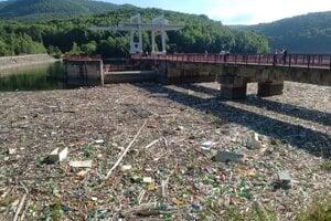 Na Ružíne sa v súčasnosti bojuje s jedným z najviditeľnejších problémov - nánosmi odpadkov.