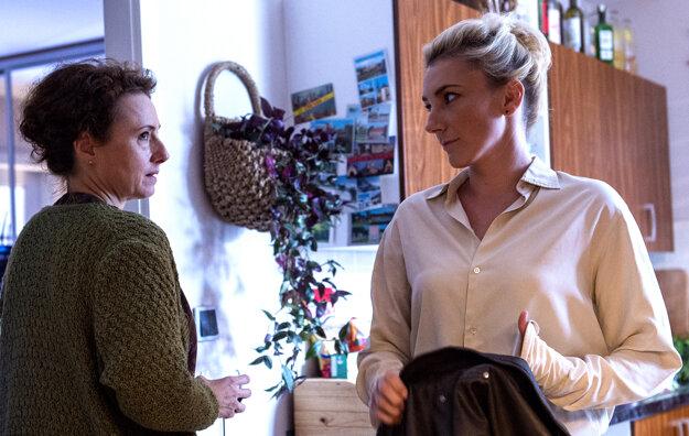 Muž so zajačími ušami. Alexandra Borbély ako milenka hlavného hrdinu, Zuzana Mauréry ako jej mama.