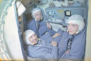 Posádka Sojuzu 11 v kokpite simulátora.