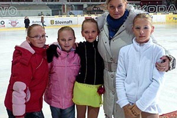 Zľava Šurmanová, Stračárová, Mušinská, trénerka Kuštárová a Štefanková.