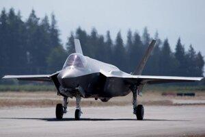 Jednomiestne viacúčelové stíhacie lietadlo piatej generácie Lockheed Martin F-35 Lightning II.