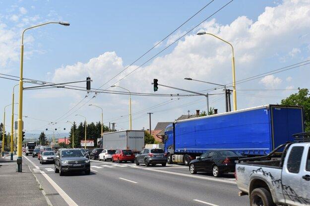 Protestujúci sa budú pol hodiny prechádzať po priechode pre chodcov na Vranovskej ulici v Prešove. Blokádou chcú vyvinúť verejný tlak na vládu.