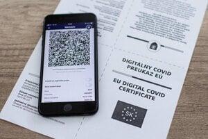 Digitálny a papierový covid preukaz EÚ.