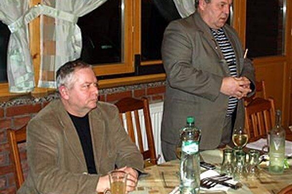 Žrebovalo sa v Cardinal Clube v Šali. Vľavo Tibor Rábek, vpravo Ladislav Kokeš.