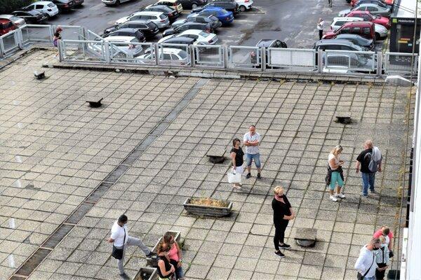 Jedno z dvoch aktuálne fungujúcich Mobilných odberových miest v Lučenci je priamo pod oknami našej redakcie.