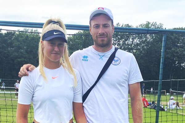 Bianca Behúlová s trénerom Ivom Košecom sa vo Wimbledone pripravujú na juniorskú súťaž.