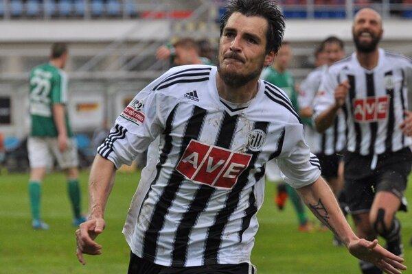 Za České Budějovice hralo 51 Slovákov, ale z nich iba jeden odchovanec Nitry. Rodák z Rumanovej Jaroslav Machovec v kariére nastupoval aj v Poľsku, Trnave či Myjave, ale najviac štartov (89) a gólov (15) si pripísal práve za Dynamo.