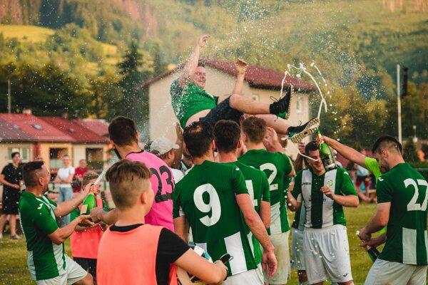 V Turzovke sa oslavovalo. Prezident klubu Ladislav Hejčík skončil vo vzduchu.