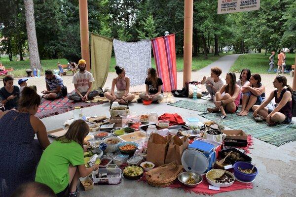 V mestskom parku v Lučenci sa už po štvrtý krát zišli priaznivci vegánskej stravy.