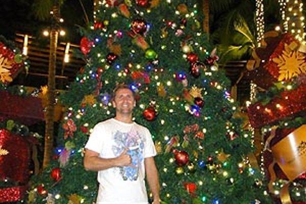 Havajské Vianoce - v kraťasoch: Róbert Končál pri vianočnom stromčeku v blízkosti svetoznámej havajskej pláže Waikiki Beach.