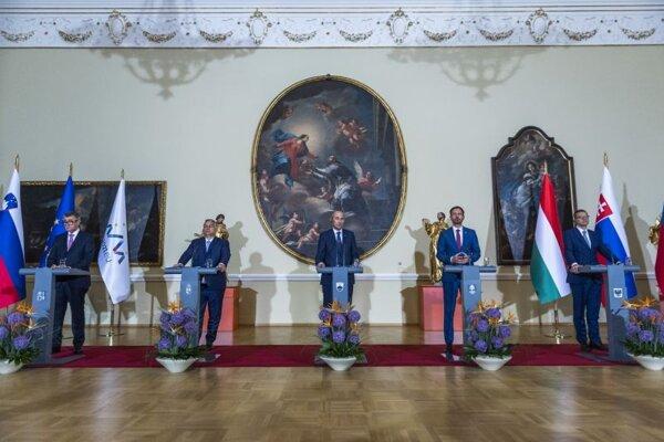 Zľava český premiér Andrej Babiš, maďarský premiér Viktor Orbán, slovinský premiér Janez Janša, slovenský premiér Eduard Heger a poľský premiér Mateusz Morawiecki počas tlačovej konferencie po stretnutí premiérov V4 + Slovinsko v Ľubľane 9. júla 2021.